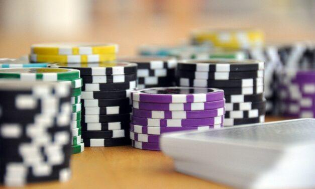 Kits de póquer en la biblioteca de Columbus Village